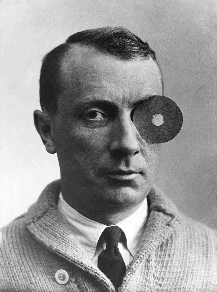 Hans Arp mit Nabelmonokel, um 1926