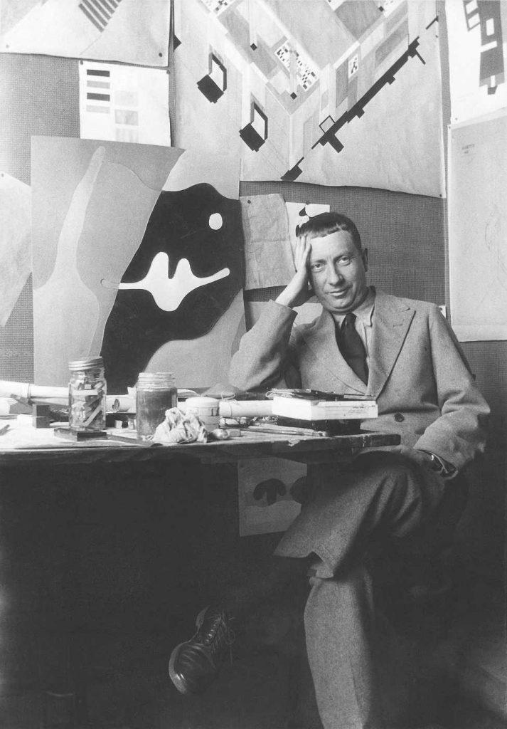 Hans Arp im Projektbüro der Aubette, Straßburg 1926