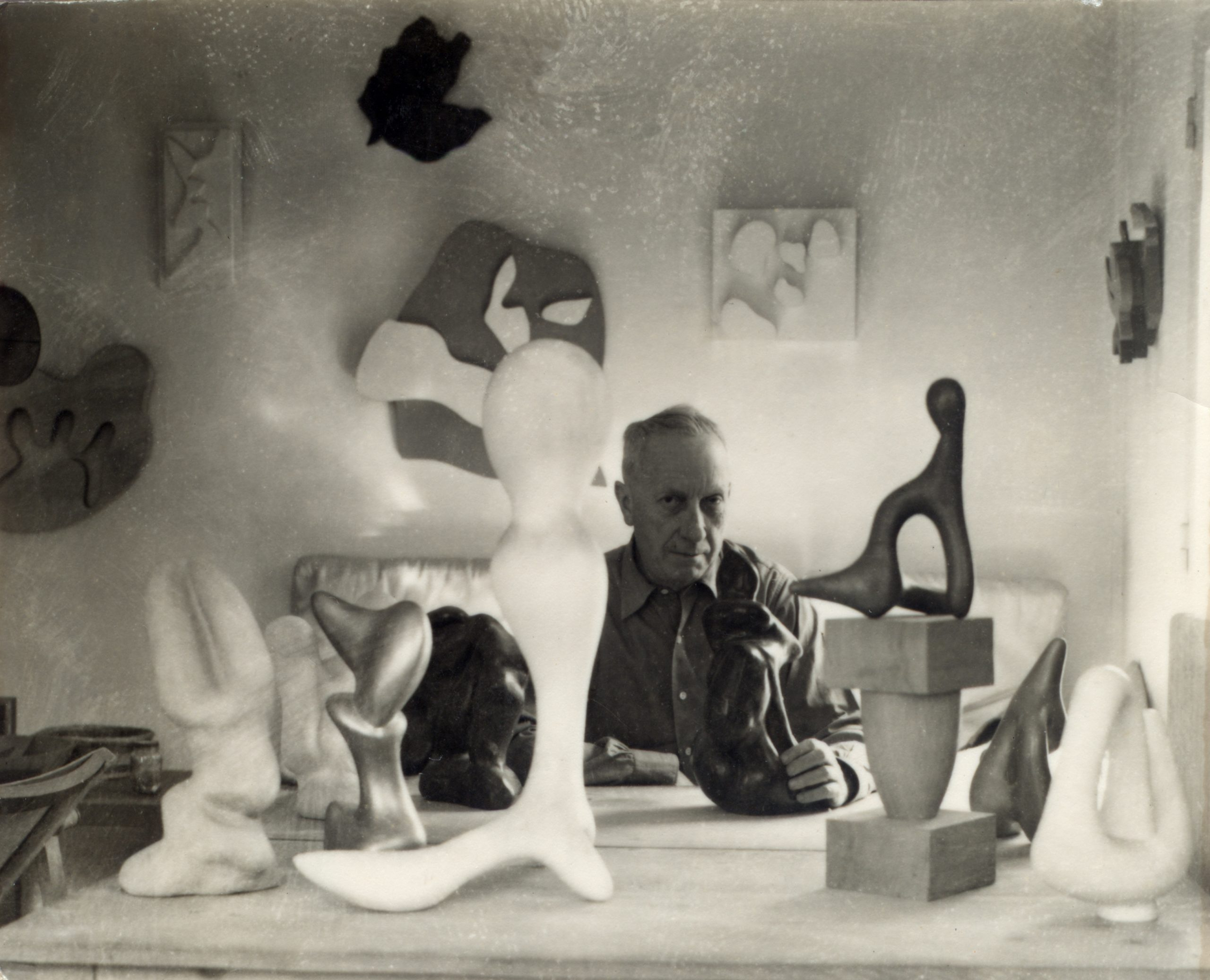 Hans Arp in seinem Atelier in Clamart, um 1950 (Foto: Michel Sima)