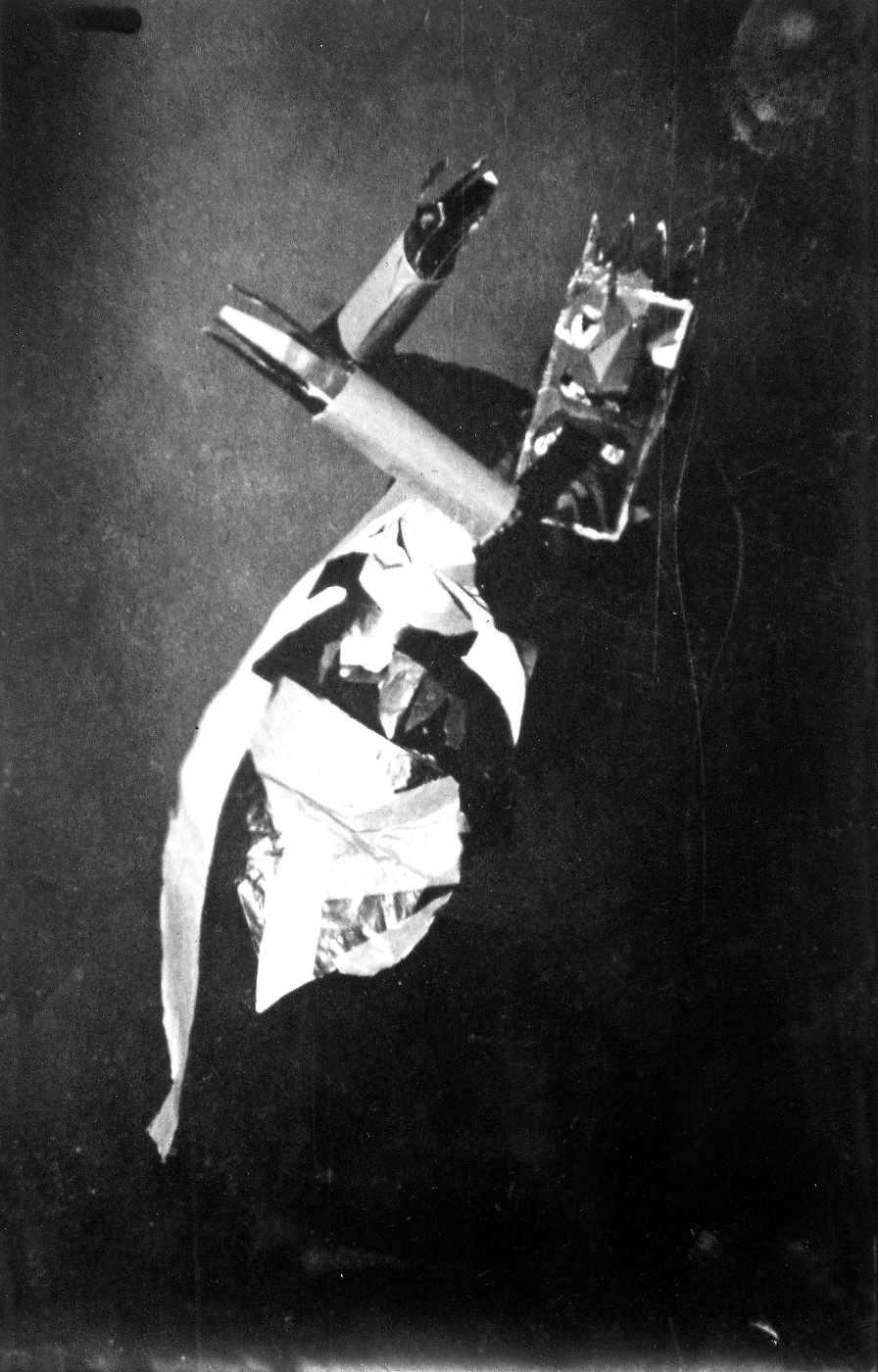 Sophie Taeuber beim Tanzen mit einer Maske von Marcel Janco, Zürich 1917