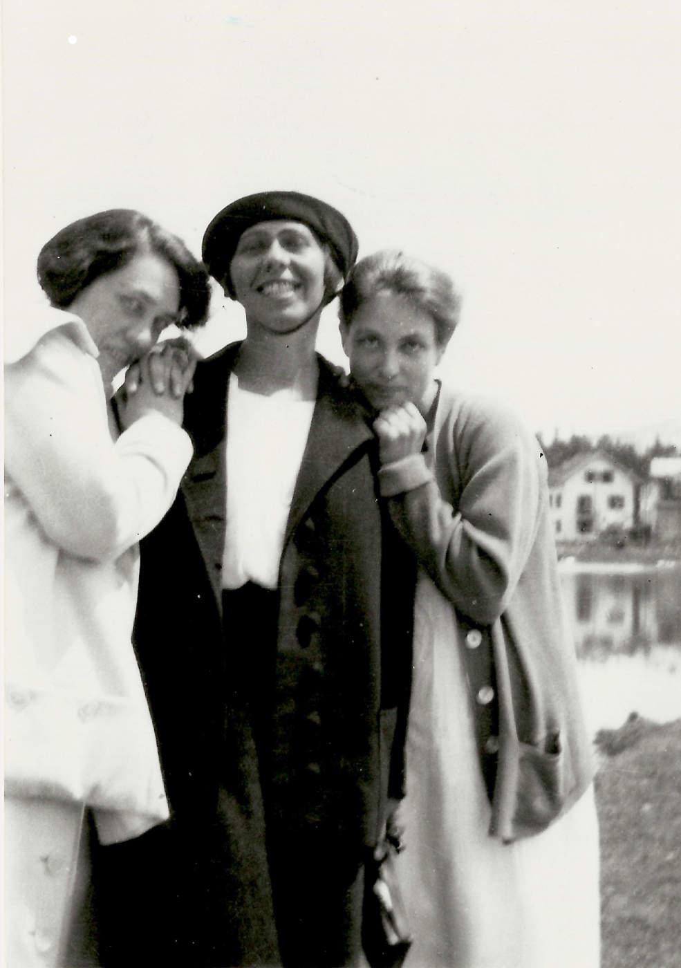 Sophie Taeuber-Arp mit Mary Wigman und Berte Trümphy, Arosa 1918