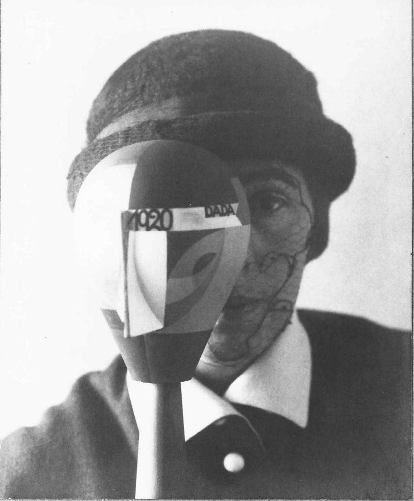 Sophie Taeuber mit DADA-Kopf, Zürich 1920 (Foto: Nic Aluf)