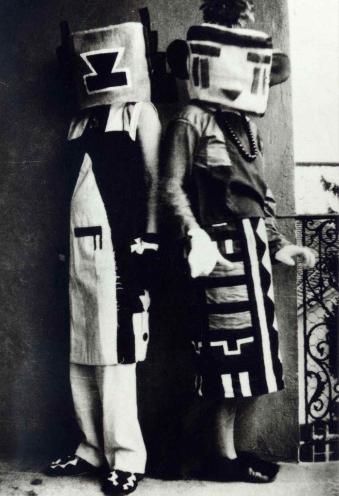 Sophie Taeuber und ihre Schwester Erika Schlegel in von Sophie TAeuber entworfenen Hopi-Kostümen, um 1925
